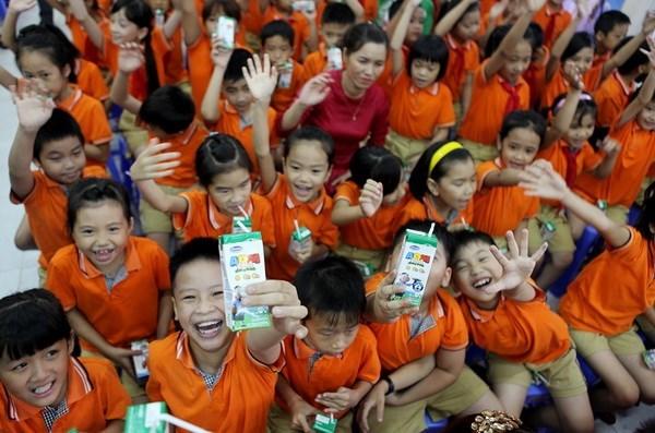 Du lait et des bourses au profit des enfants et eleves demunis hinh anh 1