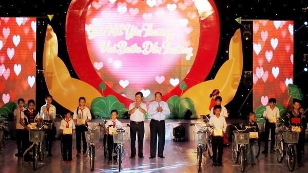 Programmes caritatifs en faveur des enfants de Can Tho, Dak Lak et Quang Nam hinh anh 2