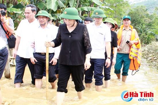 Crues: Nguyen Thi Kim Ngan rend visite a des sinistres de Ha Tinh hinh anh 1