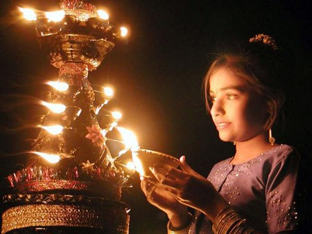 Diwali, la fete hindoue des lumieres, celebree a Hanoi hinh anh 1