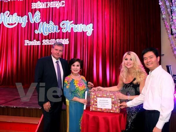 Des Vietnamiens de l'etranger au chevet des sinistres des crues au Centre hinh anh 1
