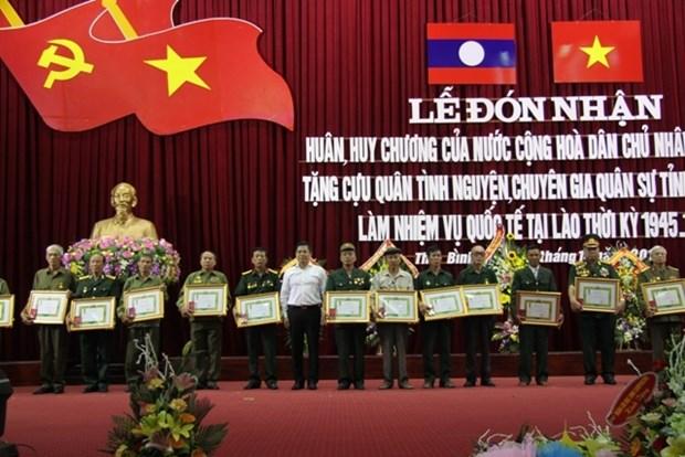 Le Laos met a l'honneur des volontaires et experts vietnamiens hinh anh 1