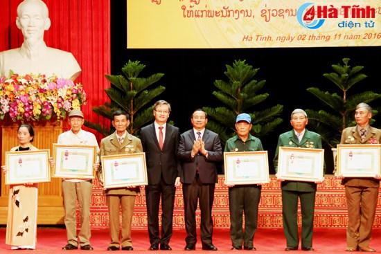 Le Laos decore des volontaires et experts de la province de Ha Tinh hinh anh 1