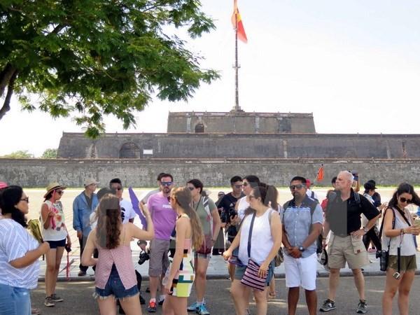 Plus de 2,74 millions de touristes visitent Thua Thien-Hue hinh anh 1