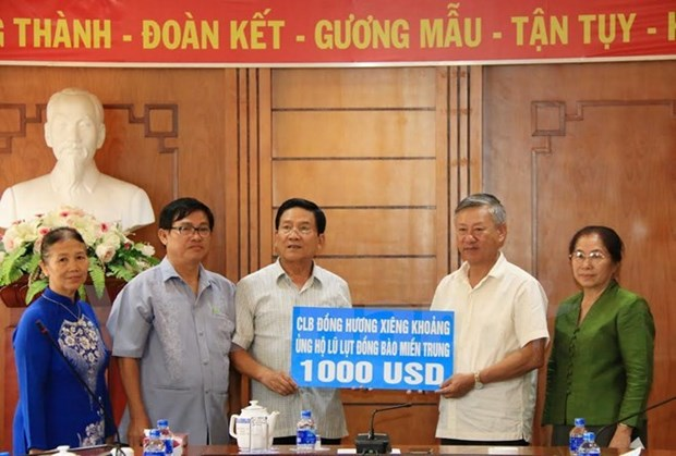 Crues: des Vietnamiens au Laos soutiennent les sinistres au Centre hinh anh 1