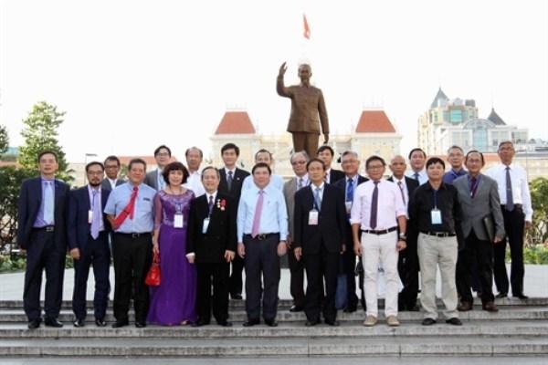 Les delegues Viet kieu recus par les autorites de HCM-Ville hinh anh 2