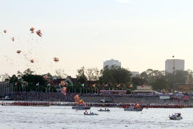 Cambodge : c'est parti pour les courses de pirogues sur le lac Tonle Sap ! hinh anh 1