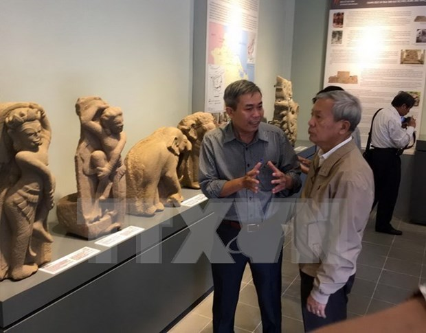 D'anciens objets Cham exposes a Hue hinh anh 1