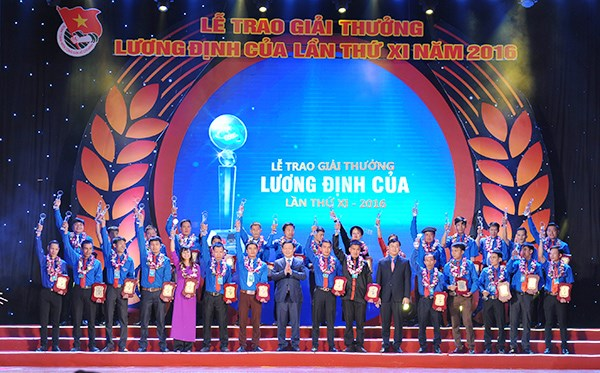 Remise du prix Luong Dinh Cua a 85 jeunes agriculteurs hinh anh 1