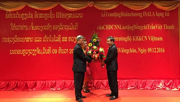 Le Laos decore un vice-ministre des Sciences et Technologies du Vietnam hinh anh 1