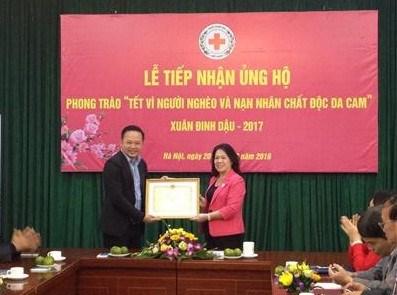 La Croix-Rouge vietnamienne recoit des dons pour les pauvres hinh anh 1