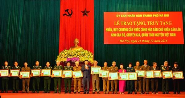 Hanoi: des volontaires et experts en mission au Laos a l'honneur hinh anh 1