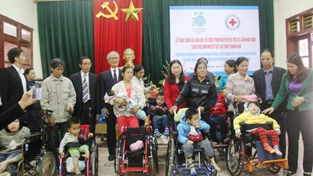 Fauteuils roulants japonais pour des enfants handicapes a Thanh Hoa hinh anh 1