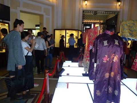 Exposition de tenues de Cour de la dynastie des Nguyen hinh anh 1