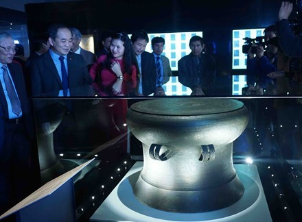 Inauguration d'une exposition speciale des tresors nationaux du Vietnam hinh anh 3