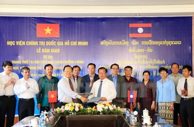 Le Vietnam offre des equipements a l'Academie nationale de politique et d'administration du Laos hinh anh 1