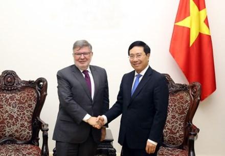 Vietnam et France intensifient la cooperation dans les infrastructures et le transport hinh anh 1