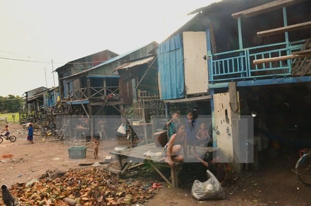 L'ambassade du Vietnam au Cambodge offre des cadeaux aux Viet kieu en difficulte hinh anh 1