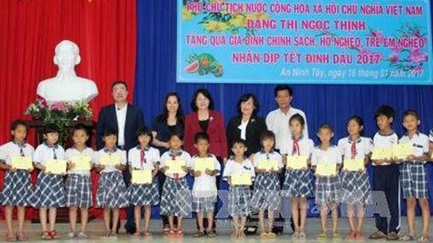 La vice-presidente offre des cadeaux de Tet aux enfants en difficulte a Long An hinh anh 1