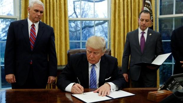 Donald Trump signe l'acte de retrait des Etats-Unis du TPP hinh anh 1