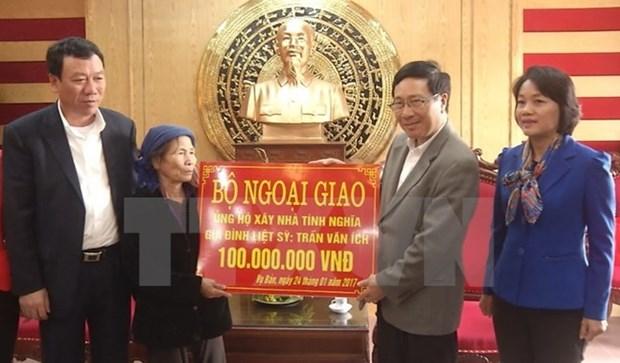 Le vice-PM Pham Binh Minh rend visite a des familles meritantes et demunies a Nam Dinh hinh anh 1