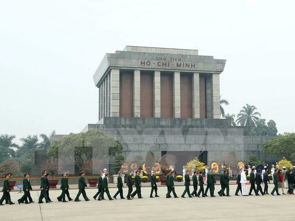 Les hauts dirigeants rendent hommage au President Ho Chi Minh hinh anh 1