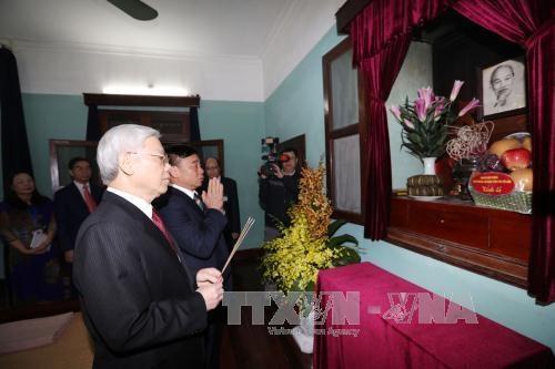 Tet traditionnel : le leader du Parti rend hommage au President Ho Chi Minh hinh anh 1