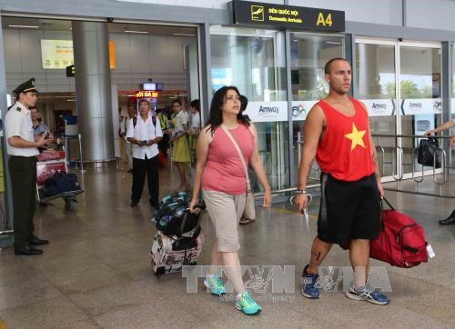Les premiers touristes etrangers de l'annee du Coq 2017 a Da Nang hinh anh 1