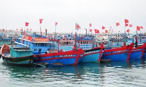 Les pecheurs chantent l'hymne national avant d'aller a Hoang Sa hinh anh 1