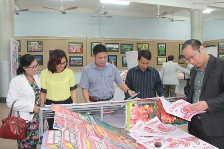 Des journaux printaniers offerts aux soldats et a la population du district insulaire de Truong Sa hinh anh 1