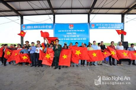 Nghe An: quelque 2.000 drapeaux du Vietnam remis a des pecheurs hinh anh 1
