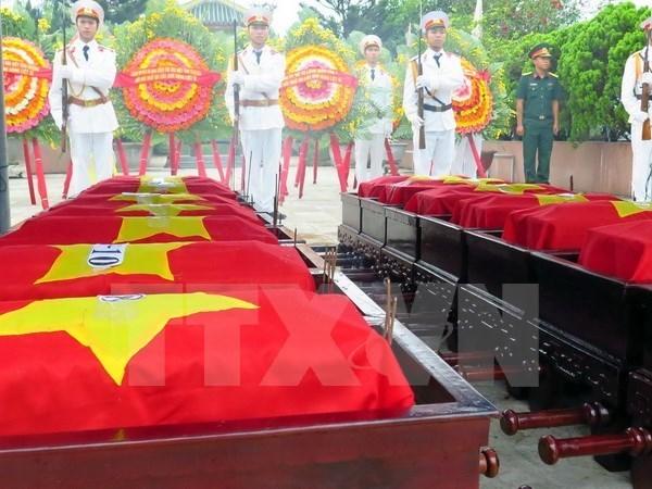 Inhumation des restes des volontaires et experts vietnamiens rapatries du Laos hinh anh 1