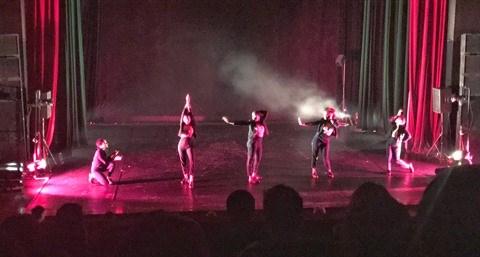 In the middle : un spectacle mele de danse et d'emotion hinh anh 1