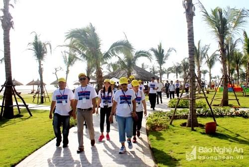 Une delegation de Famtrip du Laos explore le tourisme a Nghe An hinh anh 1