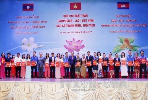 Les presidents des Fronts du Cambodge, du Laos et du Vietnam rencontrent des etudiants exemplaires hinh anh 1