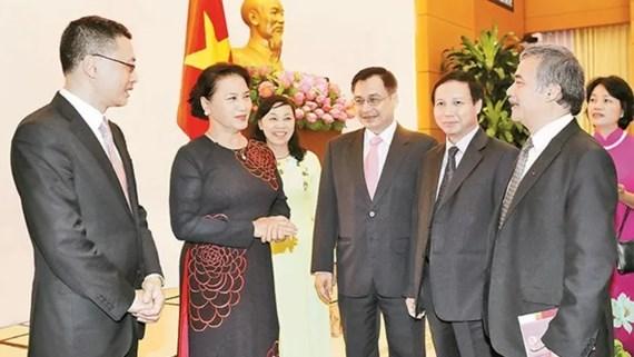 La presidente de l'AN rencontre les nouveaux ambassadeurs et representants vietnamiens hinh anh 1