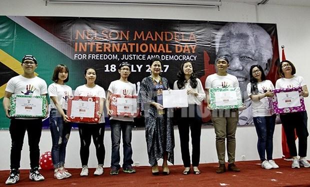 Des enfants defavorises recoivent des bourses pour celebrer la Journee Nelson Mandela hinh anh 1