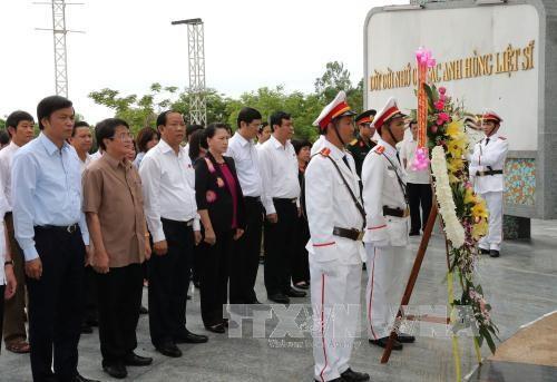 La presidente de l'AN rend hommage aux heros morts pour la Patrie a Quang Nam hinh anh 1