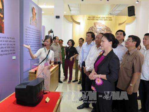 La presidente de l'AN rend hommage aux heros morts pour la Patrie a Quang Nam hinh anh 2