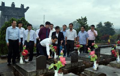 Le pays n'oublie pas les personnes meritantes et les morts pour la Patrie hinh anh 1