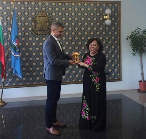 Une delegation de Hanoi travaille en Bulgarie et au Portugal hinh anh 1