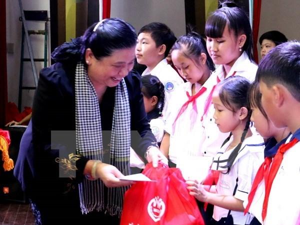 Fete de la mi-automne: remise de cadeaux a des enfants demunis hinh anh 1