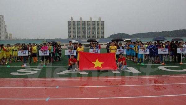 Les Vietnamiens en R. de Coree organisent un tournoi de football en faveur des enfants pauvres hinh anh 1