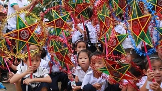 Fete de la mi-automne : 7.000 enfants demunis ont recu des aides du NFVC hinh anh 1