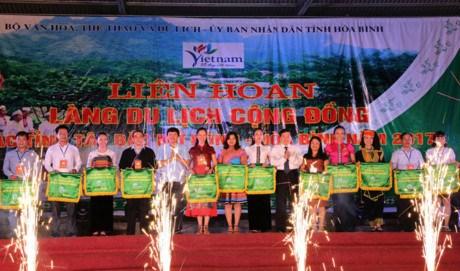 Cloture du Festival des villages du tourisme du Nord-Ouest a Hoa Binh hinh anh 1