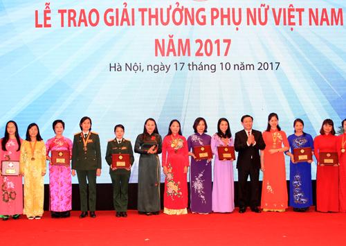 Les Prix des Femmes vietnamiennes 2017 remis a 18 individus et collectivites hinh anh 1