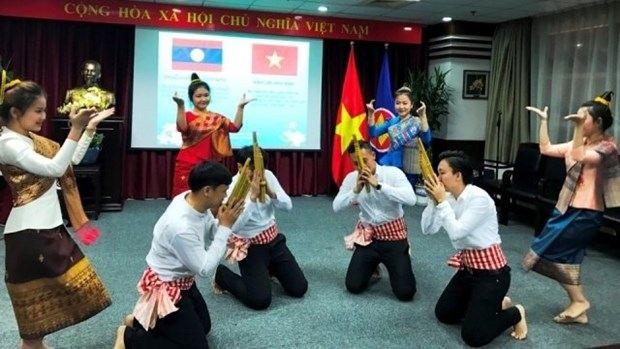 Echange d'amitie Vietnam - Laos a Shanghai hinh anh 1