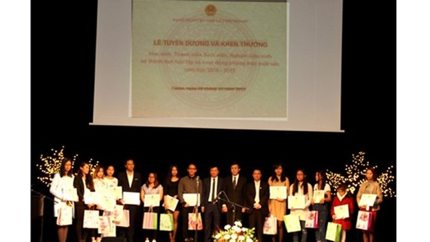 Ceremonie en l'honneur des Vietnamiens brillants en R. tcheque hinh anh 1