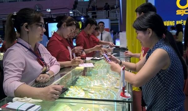 Plus de 200 stands a la foire internationale de la joaillerie du Vietnam 2017 hinh anh 1