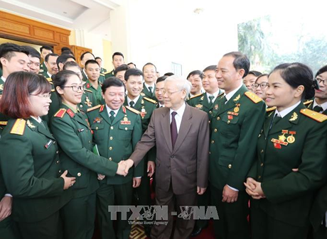 Le chef du Parti rencontre des jeunes militaires exemplaires hinh anh 1